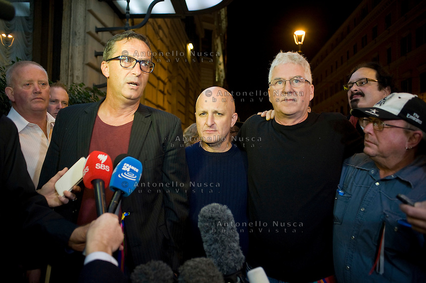 David Ridsdale, Andrew Collins, Phil Nagle and Tony Wardley, membri del gruppo di vittime di abusi sessuali da parte di preti nell'istituto in cui andavano da giovani, arrivano all'hotel quirinale per assistere alla deposizione del Cardinale Pell di fronte alla Royal Commission che indaga sugli abusi.  From left, David Ridsdale, Andrew Collins, Phil Nagle and Tony Wardley, members of the group of victims and relatives of priestly sex abuses, talk to reporters as they arrive at the Quirinale hotel. Cardinal George Pell, the pope's chief financial adviser, told the royal commission into Institutional Responses to Child Sexual Abuse in three days of evidence this week that he was deceived twice by church authorities about child abuse allegations against priests Gerald Ridsdale and Peter Searson.