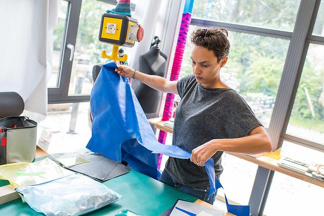 Das Berliner Start-up &quot;mimycri&quot; produziert Taschen aus den Gummiplanen gestrandeter Fluechtlingsboote.<br /> Statt Griechenlands Straende im Muell der gestrandeten Fluechtlingsboote ersticken zu lassen, stellt das Berliner Unternehmen &quot;mimycri&quot; daraus Taschen und Rucksaecke her und bietet Fluechtlingen eine Chance auf Normalitaet und Regelmaessigkeit.<br /> Im Bild: Nora Azzaoui, 30-Jaehrige Unternehmensberaterin aus Berlin, bereitet das Material fuer Taschen vor.<br /> 8.8.2017, Berlin<br /> Copyright: Christian-Ditsch.de<br /> [Inhaltsveraendernde Manipulation des Fotos nur nach ausdruecklicher Genehmigung des Fotografen. Vereinbarungen ueber Abtretung von Persoenlichkeitsrechten/Model Release der abgebildeten Person/Personen liegen nicht vor. NO MODEL RELEASE! Nur fuer Redaktionelle Zwecke. Don't publish without copyright Christian-Ditsch.de, Veroeffentlichung nur mit Fotografennennung, sowie gegen Honorar, MwSt. und Beleg. Konto: I N G - D i B a, IBAN DE58500105175400192269, BIC INGDDEFFXXX, Kontakt: post@christian-ditsch.de<br /> Bei der Bearbeitung der Dateiinformationen darf die Urheberkennzeichnung in den EXIF- und  IPTC-Daten nicht entfernt werden, diese sind in digitalen Medien nach &sect;95c UrhG rechtlich geschuetzt. Der Urhebervermerk wird gemaess &sect;13 UrhG verlangt.]