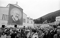 Italia, San Giovanni Rotondo (FG), beatificazione di Padre Pio.<br /> Pellegrini davanti la chiesa di Santa Maria Delle Grazie.<br /> Italy, San Giovanni Rotondo (FG), Beatification of Padre Pio. <br /> Pilgrims in front of Santa Maria Delle Grazie church.