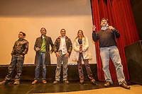 Quer&eacute;taro, Qro. 7 de diciembre de 2015.- Carlos Alcocer, fot&oacute;grafo y cineasta present&oacute; su primer cortometraje titulado &quot;La Mejor Oferta&quot;, con un gui&oacute;n original.&nbsp;la gala se realiz&oacute; en el cineteatro Rosal&iacute;o Solano. <br /> Alcocer tiene en puerta dos largometrajes; &quot;El amante de Polanco&quot; y &quot;La Carambada&quot; que para mostrar las bellezas de locaciones de Quer&eacute;taro, no pretende hacer una pel&iacute;cula biogr&aacute;fica, sino una ficci&oacute;n del personaje.&nbsp;<br /> El cineasta durante la presentaci&oacute;n de su pieza apunt&oacute; que  -El corto (metraje) tiene dos caminos: los concursos y a veces la televisi&oacute;n. Pero si es una plataforma, un trampol&iacute;n para que los inversionistas tengan confianza para la financiaci&oacute;n de largometrajes.<br /> <br /> Foto: Demian Ch&aacute;vez.