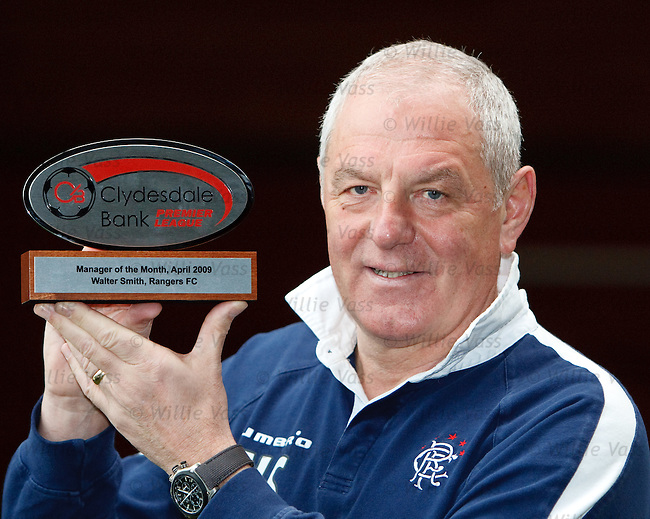 Walter Smith picks up his SPL Manager of the Month award for April 2009