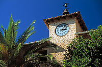 Spanien, Mallorca, Fornalutx: Turmuhr am Plaza de Espana | Spain, Mallorca, Fornalutx: clock tower at Plaza de Espana