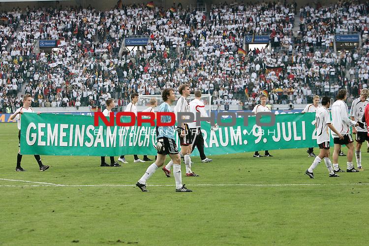 FIFA WM 2006 Germany / Deutschland - Vorbereitung<br /> Freundschaftsl&scaron;nderspiel Deutschland vs Kolumbien<br /> <br /> Dank an die Fans von der Mannschaft nach dem Spiel, mit dem Plakat emeinsam mit Euch zum Traum am 09. Juli 2006<br /> <br /> <br /> <br /> Foto &copy; nordphoto