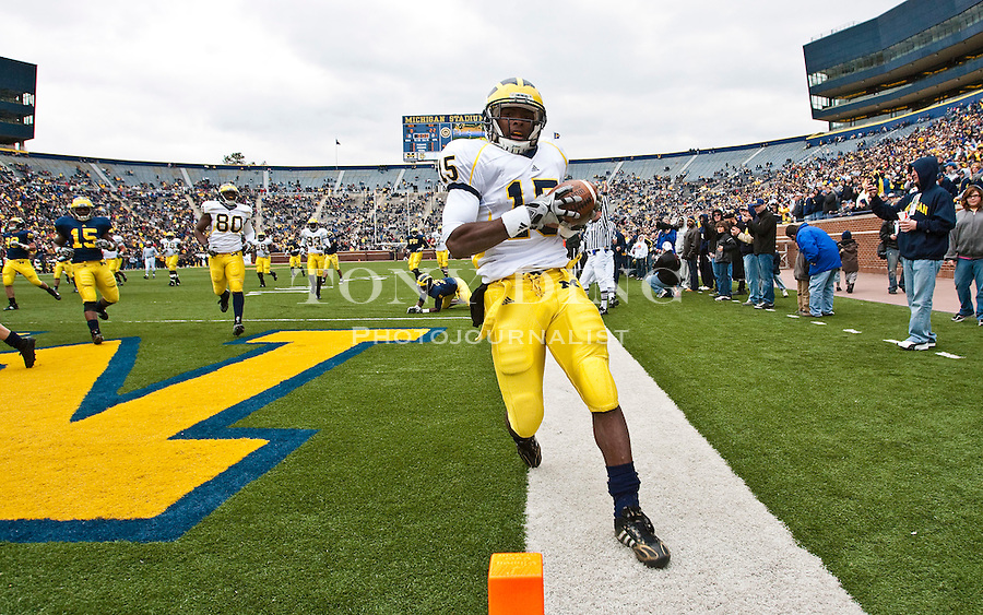 Michigan running back Michael Cox (15) scores a touchdown during the Wolverines' spring football game, Saturday, April 17, 2010, in Ann Arbor, Mich. (AP Photo/Tony Ding)