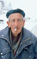 Bosnia and Herzegowina. Republika Serpska. Srebrenica. An old man smokes a cigarette outside in the cold weather during the winter season.© 2005 Didier Ruef