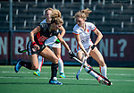 AMSTELVEEN -Maria Verschoor (A'dam) met Laura Nunnink (OR)  tijdens de hoofdklasse competitiewedstrijd hockey dames,  Amsterdam-Oranje Rood (5-2). COPYRIGHT KOEN SUYK