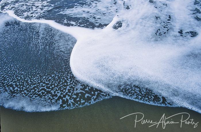 vagues sur sable noir