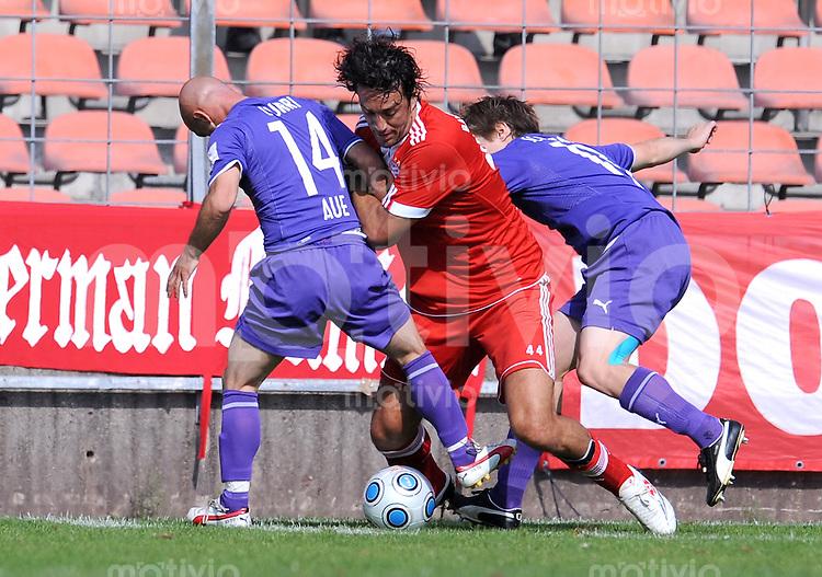 FUSSBALL     3. BUNDESLIGA     SAISON 2009/2010     27.09.2009 11 Spieltag : FC Bayern Muenchen II - Erzgebierge Aue Luca Toni (FCB) gegen Skerdilaid Curri (Aue)
