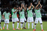 MEDELLÍN -COLOMBIA-08-05-2014.  Jugadores de Nacional saludan al público deespués del encuentro de ida entre Atlético Nacional de Colombia y Defensor Sporting de Uruguay  por los cuartos de final de la Copa Bridgestone Libertadores 2014 jugado en el estadio Atanasio Girardot de Medellín, Colombia./  Players of Nacional greet their fans after the first leg match between Atletico Nacional of Colombia and Defensor Sporting of Uruguay for the quaterfinals of the Copa Libertadores championship 2014 played at Atanasio Girardot stadium in Medellin, Colombia. Photo: VizzorImage/ Luis Ríos /STR