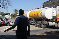 SAO PAULO, SP, 07 MARÇO DE 2012 _ Policia Militar na entrada da fabrica para Caminhoes  abastecer na Av Presidente Wilson(FOTO: ADRIANO LIMA - BRAZIL PHOTO PRESS)