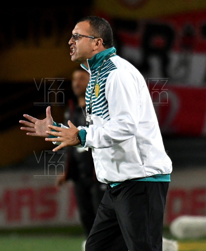 BOGOTA - COLOMBIA, 22-04-2018: Juan Carlos Álvarez, técnico de Leones F. C., durante partido de la fecha 17 entre Independiente Santa Fe y Leones F. C., por la Liga Aguila I 2018, en el estadio Nemesio Camacho El Campin de la ciudad de Bogota. / Juan Carlos Alvarez, coach of Leones F. C., during a match of the 17th date between Independiente Santa Fe and Leones F. C., for the Liga Aguila I 2018 at the Nemesio Camacho El Campin Stadium in Bogota city, Photo: VizzorImage / Luis Ramirez / Staff.
