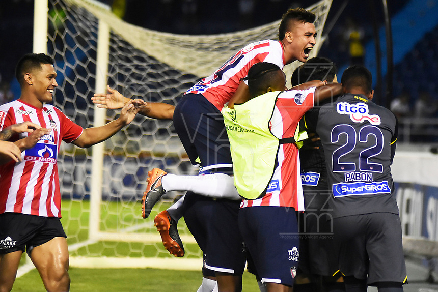 BARRANQUIILLA - COLOMBIA, 24-07-2018: Jugadores de Lanús de Argentina celebran después de anotar un gol a Atlético Junior de Colombia durante partido de la segunda fase, llave 13, por la Copa CONMEBOL Sudamericana 2018 jugado en el estadio Metropolitano Roberto Meléndez de la ciudad de Barranquilla. / Players of Lanus of Argentina celebrate after scoring a goal to Atlético Junior of Colombia during match of the second phase, key 13, for the Copa CONMEBOL Sudamericana 2018played at Metropolitano Roberto Melendez stadium in Barranquilla city.  Photo: VizzorImage / Alfonso Cervantes / Cont