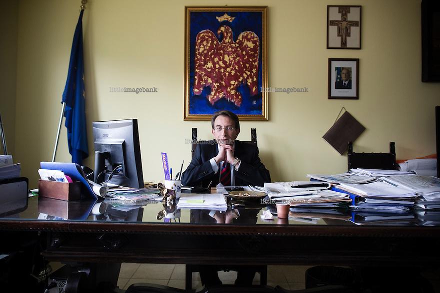L'aquila, Abruzzo, Italia. 27.03.2014. Massimo Cialente er Ordfører i L'aquila, og er blitt kritisert for vanstyre, misbruk av offentlige midler og lite effektiv gjenoppbygning av byen. L'aquila, 6. april 2009 kl. 03:32: Et jordskjelv som måler 6.3 ryster byen. 309 mennesker mister livet. Fem år senere sliter de som overlevde fortsatt med etterskjelvene, i form av en guffen cocktail av uærlige offentlige tjenestemenn, mafia og 494 millioner øremerkede euro på avveie. Fotografier til bruk i feature i DN lørdag 05.04.2014. Foto: Christopher Olssøn.