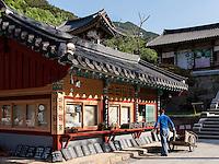 Souvenirladen, buddhistischer Hwaeomsa Tempel in Jirisan Nationalpark, Provinz Jeollanam-do, Südkorea, Asien<br /> souvenir-shop, buddhist Hwaeomsa temple in Jirisan national park, province Jeollanam-do, South Korea, Asia