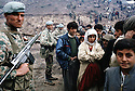 Irak 1991.L'armée turque controlant la frontière face aux réfugiés kurdes.Iraq 199 . Turkish soldiers on the border and Kurdish refugees.