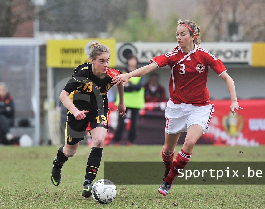 Denmark U17 - Belgium U17 : Margaux Van Ackere aan de bal voor Rikke Sevecke.foto DAVID CATRY / Vrouwenteam.be