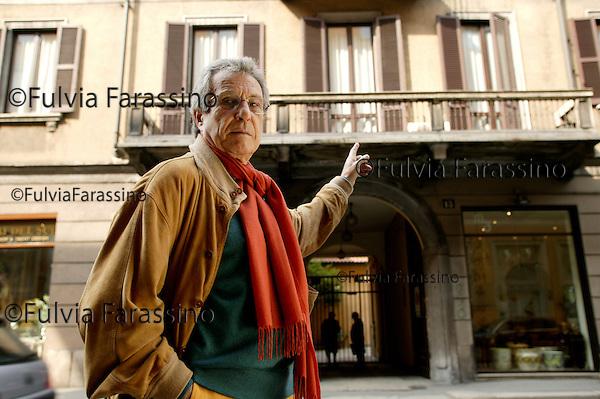 Milano, aprile 2005<br /> Tommaso Staiti di Cuddia delle Chiuse indica la ex sede della Giovane Italia in Corso Monforte, 6 a Milano