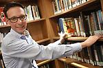 Foto: VidiPhoto<br /> <br /> OPHEUSDEN &ndash; Van de kerkbibliotheek van de Ger. Gem. in Ned. van Opheusden wordt flink gebruik gemaakt. De bibliotheek is geopend op vrijdagavond. Naast theologische werken kunnen ook ontspannende literatuur, kinder- en informatieve boeken geleend worden. De boeken mogen drie weken geleend worden. Daarna moeten we worden teruggebracht of verlengd. Dat kan ook via de website. Foto: Ernst Prosman.