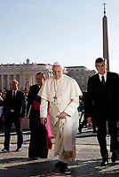 Papa Francesco arriva all'udienza generale del mercoledi' in Piazza San Pietro, Citta' del Vaticano, 11 ottobre, 2017.<br /> Pope Francis arrives to lead his weekly general audience in St. Peter's Square at the Vatican, on October 11, 2017.UPDATE IMAGES PRESS/Isabella Bonotto<br /> <br /> STRICTLY ONLY FOR EDITORIAL USE