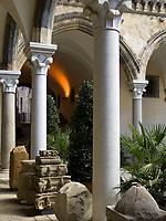 Italien, Latium, Tarquinia: Innenhof des Palazzo Vitelleschi (Museo Etrusco - etruskisches Museum) | Italy, Lazio, Tarquinia: courtyard of Palazzo Vitelleschi (Museo Etrusco - Etruscan museum)