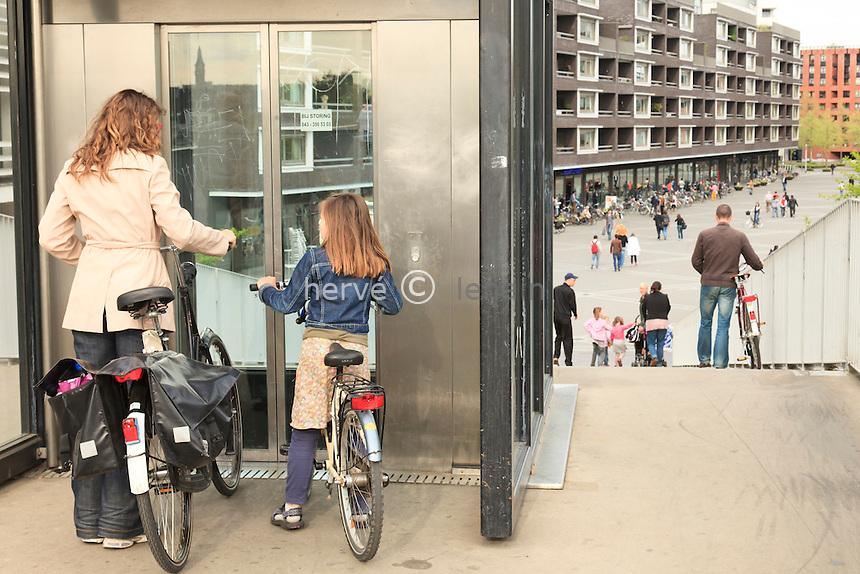 Hollande, Maastricht, hollandais à vélo et infrastructure adaptée au vélo // Holland, Maastricht, Dutch with bike and infrastructure adapted to the bike