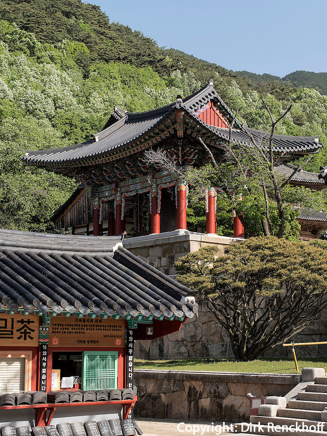 Glockenturm, buddhistischer Hwaeomsa Tempel in Jirisan Nationalpark, Provinz Jeollanam-do, S&uuml;dkorea, Asien<br /> belltower, buddhist Hwaeomsa temple in Jirisan national park, province Jeollanam-do, South Korea, Asia