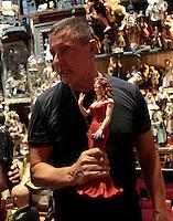 Stefano Gabbana e Domenico Dolcevisitano le botteghe di Via  San Gregorio Armeno , dove domani ci sara la sfilata per il loro trentennale, ricevendo pastori e corni portafortuna dai negozianti