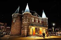 Nederland Amsterdam 2018 . De Waag is een 15e-eeuws gebouw op de Nieuwmarkt in het centrum van Amsterdam. Het was oorspronkelijk een stadspoort. De huidige naam verwijst naar de latere functie als waag. Het gebouw heeft een reeks andere functies gehad, waaronder gildehuis, museum, brandweerkazerne en anatomisch theater. Tegenwoordig is er een cafe - restaurant in gevestigd : In de Waag. Foto Berlinda van Dam / Hollandse Hoogte