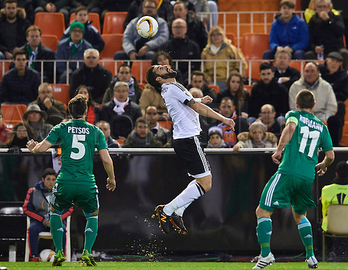 18.02.2016. Mestalla Stadium, Valencia, Spain. Europa League. Valencia versus Rapid Wien. Forward Alvaro Negredo of Valencia CF (C) heads the ball under pressure from Midfielder Midfielder Thanos Petsos of Rapid (L) and Midfielder Steffen Hofmann of Rapid