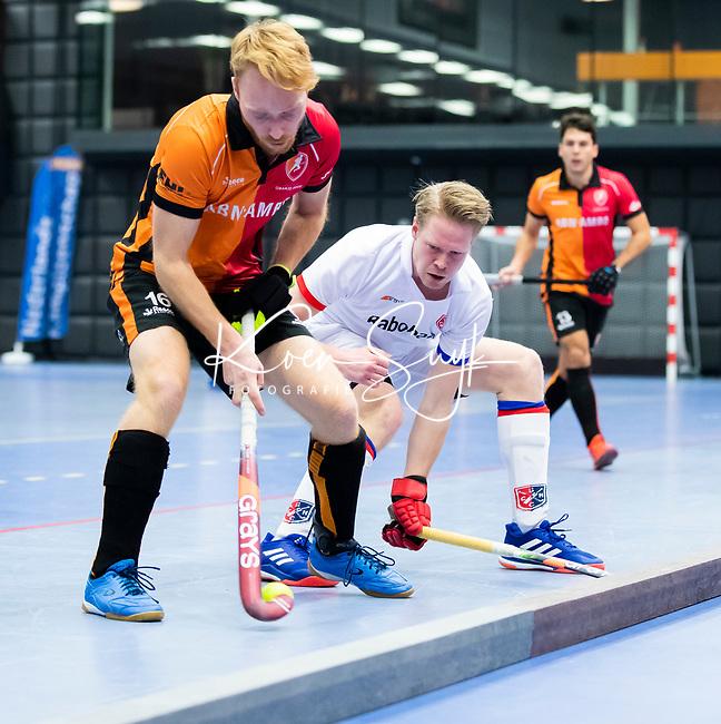 ROTTERDAM  - NK Zaalhockey,   halve finale heren Oranje Rood-SCHC (SCHC wint en plaatst zich voor de finale)  Mark Rijkers (Oranje-Rood) met Leon van Barneveld (SCHC) .  COPYRIGHT KOEN SUYK