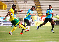 NEIVA - COLOMBIA -17 -02-2016: Arnold Palacios (Izq.) jugador de Atletico Huila disputa el balón con Stalin Motta (Der.) jugador de La Equidad durante partido entre Atletico Huila y La Equidad por la fecha 2 de la Liga Aguila, I 2016 en el estadio Guillermo Plazas Alcid de Neiva. / Arnold Palacios (L), player of Atletico Huila vies for the ball with Stalin Motta (R) player of La Equidad,  during match between Atletico Huila and La Equidad for the date 2 of the Liga Aguila I 2016 at the Guillermo Plazas Alcid Stadium in Neiva city. Photo: VizzorImage  / Sergio Reyes / Cont.