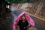 25 noviembre 2014.   <br /> La llegada de algunas compa&ntilde;&iacute;as extranjeras a Am&eacute;rica Latina ha provocado abusos a los derechos de las poblaciones ind&iacute;genas y represi&oacute;n a su defensa del medio ambiente. En Santa Cruz de Barillas, Guatemala, el proyecto de la hidroel&eacute;ctrica espa&ntilde;ola Ecoener ha desatado cr&iacute;menes, violentos disturbios, la declaraci&oacute;n del estado de sitio por parte del ej&eacute;rcito y la encarcelaci&oacute;n de una decena de activistas contrarios a los planes de la empresa. Un grupo de ind&iacute;genas mayas, en su mayor&iacute;a mujeres, mantiene cortado un camino y ha instalado un campamento de resistencia para que las m&aacute;quinas de la empresa no puedan entrar a trabajar. La persecuci&oacute;n ha provocado adem&aacute;s que algunos ecologistas, con &oacute;rdenes de busca y captura, hayan tenido que esconderse durante meses en la selva guatemalteca.<br /> <br /> En Cob&aacute;n, tambi&eacute;n en Guatemala, la hidroel&eacute;ctrica Renace se ha instalado con amenazas a la poblaci&oacute;n y falsas promesas de desarrollo para la zona. Como en Santa Cruz de Barillas, el proyecto ha dividido y provocado enfrentamientos entre la poblaci&oacute;n. La empresa ha cortado el acceso al r&iacute;o para miles de personas y no ha respetado la estrecha relaci&oacute;n de los ind&iacute;genas mayas con la naturaleza. &copy; Calamar2/Pedro ARMESTRE<br /> <br /> The arrival of some foreign companies to Latin America has provoked abuses of the rights of indigenous peoples and repression of their defense of the environment. In Santa Cruz de Barillas, Guatemala, the project of the Spanish hydroelectric Ecoener has caused murders, violent riots, the declaration of a state of siege by the army and the imprisonment of a dozen activists opposed to the project . <br /> A group of Mayan Indians, mostly women, has cut a path and has installed a resistance camp to prevent the enter of the company&rsquo;s machines. 