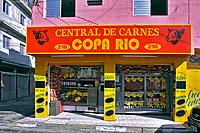 Fachada de açougue na favela de Heliópolis, São Paulo. 2004. Foto de Juca Martins.