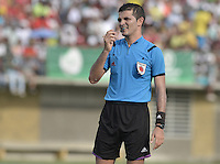TURBO - COLOMBIA -10-05-2015: Maicol Salcedo arbitro durante el partido entre Leones FC y América de Cali por la fecha 13 del Torneo Aguila 2015 jugado en el estadio John Jairo Trellez de la ciudad de Turbo./ Maicol Salcedo referee during the match between Leones FC and America de Cali for the 13th date of Aguila Tournament 2015 played at John Jairo Trellez stadium in Turbo city. Photo: VizzorImage / Gabriel Aponte / Staff