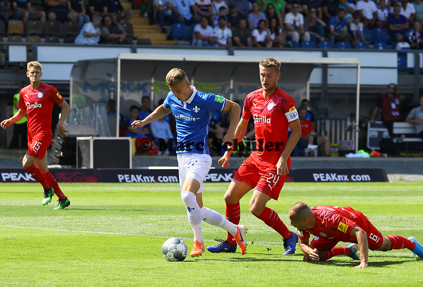 Tim Skarke (SV Darmstadt 98) setzt sich durch und  erzielt das 1:0 - 04.08.2019: SV Darmstadt 98 vs. Holstein Kiel, Stadion am Boellenfalltor, 2. Spieltag 2. Bundesliga<br /> DISCLAIMER: <br /> DFL regulations prohibit any use of photographs as image sequences and/or quasi-video.