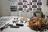 SÃO PAULO,SP,23 ABRIL 2013 - Policia Civil prendeu cinco homens na zona leste de São Paulo que se passavam por falsos policiais e clonavam distintivos e viaturas.O caso esta sendo registrado no 42º DP do pa São Lucas.FOTO ALE VIANNA - BRAZIL PHOTO PRESS.
