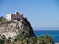 """Tropea A-Side - 2012. Tropea è un comune italiano di 6.680 abitanti della provincia di Vibo Valentia in Calabria, tra i più piccoli Comuni d'Italia per superficie territoriale. La sua morfologia è molto particolare: Tropea si divide in due parti: 1. la parte superiore, la città, dove si trova la maggior parte degli abitanti e dove si svolge quindi la vita quotidiana del paese. Si presenta costruita su una roccia a picco sul mare ad un'altezza di circa 50 metri, dal livello del mare, nel punto più basso e di 61 metri nel punto più alto.; 2. una parte inferiore chiamata """"La marina"""" che si trova a ridosso del mare e del porto di Tropea. La storia di Tropea inizia in epoca romana quando lungo la costa Sesto Pompeo sconfisse Cesare Ottaviano. A sud di Tropea i Romani avevano costruito un porto commerciale, vicino S.Domenica, a Formicoli (cioè corruzione di Foro di Ercole), di cui parlano Plinio e Strabone. La leggenda vuole che il fondatore sia stato Ercole che, di ritorno dalla Spagna (Colonne d'Ercole), si fermò sulla Costa degli Dei e secondo questa leggenda, Tropea divenne uno dei Porti di Ercole. Per la sua caratteristica posizione di terrazzo sul mare, Tropea ebbe un ruolo importante, sia in epoca romana sia sotto i Normanni e gli Aragonesi. Di notevole interesse il centro storico, con i palazzi nobiliari del '700 e dell''800 arroccati sulla rupe a strapiombo con la spiaggia sottostante. Interessanti sono i """"portali"""" dei palazzi che rappresentavano le famiglie nobiliari. I negozi di Tropea vendono prodotti tipici e artigianali dei comuni limitrofi, tra cui la cipolla rossa, la nduja di Spilinga, il formaggio Pecorino del Poro, l'olio extravergine d'oliva e vini. Di notevole importanza anche l'artigianato locale, come i manufatti in terracotta. Tropea è dotata di un porto turistico di recente costruzione, da dove è possibile raggiungere le vicine Isole Eolie in particolare il vulcano Stromboli, quasi sempre visibile dalla costa calabrese tirrenica meridionale. Secon"""