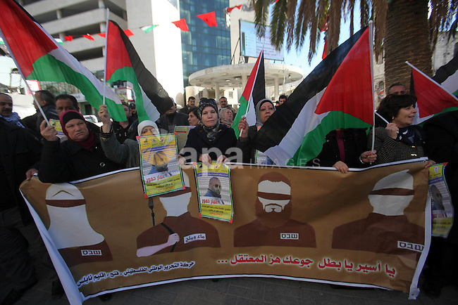 Palestinians take part during a protest to show solidarity with Palestinian prisoners on hunger strike, in the West Bank city of Nablus on December 19, 2016. Photo by Nedal Eshtayah