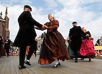 Folkloredagen in Schagen. Dansen in Westfriese klederdracht.