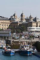 Europe/Espagne/Guipuscoa/Pays Basque/Saint-Sébastien: Le Port de pêche en fond l' Hôtel de Ville - Mairie de Saint-Sébastien, ancien casino construit en 1887,