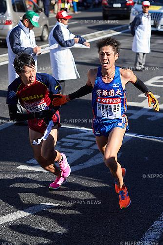 (L-R) Taiki Yoshimura, Takuma Shibata (Gakuren Senbatsu), <br /> JANUARY 2, 2015 - Athletics : The 91st Hakone Ekiden Race, Odawara Relay place in Kanagawa, Japan. (Photo by AFLO SPORT)