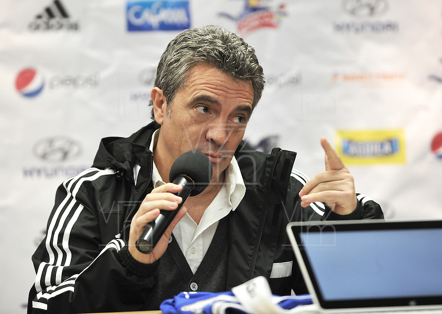 BOGOTA - COLOMBIA- 18-12-2013: Juan Manuel Lillo, de España es el  nuevo técnico de Millonarios durante rueda de prensa en el Estadio Nemesio Camacho El Campin. Lillo español de 48 años ha trabajado en clubes como el Almeria el Zaragoza y el Tenerife de España y Dorados de Sinaloa de Mexico, firmo contrato inicialmente por un año.  / Juan Manuel Lillo, of Spain is the new coach of Millonarios during a press conference at Estadio Nemesio Camacho El Campin. Lillo  48 years has worked in clubs like Almeria Zaragoza and Tenerife in Spain and Dorados de Sinaloa in Mexico,  sign the contract initially for one year. Photo: VizzorImage / Luis Ramirez / Staff