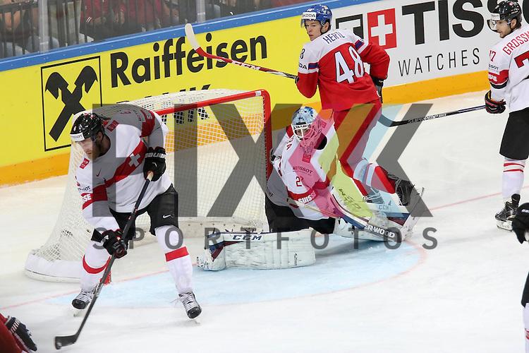 Schweizs Helbling, Timo (Nr.6) und Schweizs Bera, Reto (Nr.20) retten vor Tschechiens Hertl, Tomas (Nr.48)(San Jose Sharks)  im Spiel IIHF WC15 Tschechien vs. Schweiz.<br /> <br /> Foto &copy; P-I-X.org *** Foto ist honorarpflichtig! *** Auf Anfrage in hoeherer Qualitaet/Aufloesung. Belegexemplar erbeten. Veroeffentlichung ausschliesslich fuer journalistisch-publizistische Zwecke. For editorial use only.
