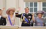Netherlands, 21-09-2010, DEN HAAG, Prinsjesdag  Balkon scene. Koningin Beatrix en Prins Willem Alexander en Prinses Maxima zwaaien en lachen om een paar ballonnen die langskomen.  foto Michael Kooren/HH