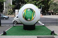SAO PAULO, SP, 02 DE DEZEMBRO DE 2012 - Uma replica gigante da bola de futebol Cafusa que sera usada na Copa das Confederacoes em 2013 vista na Avenida Paulista na tarde deste domingo, 02. FOTO: ALEXANDRE MOREIRA - BRAZIL PHOTO PRESS.