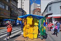 Venda de produtos da Copa do Mundo, rua 25 de Março, Sao Paulo. 2018. Foto de Juca Martins.