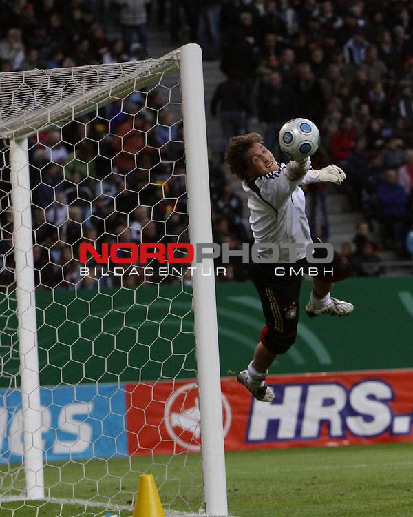 &Ouml;ffentliches Training DFB-Auswahl, 12.10.09 Hamburg<br /> <br /> <br /> Rene Adler mit Flugparade<br /> <br /> <br /> <br /> Foto &copy; nph (nordphoto)<br /> <br /> *** Local Caption ***