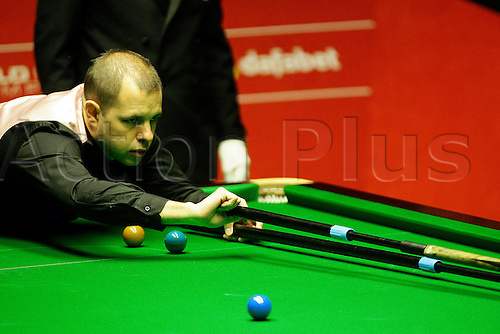 01.05.2014. Sheffield, England.   Barry Hawkins  in action against Ronnie O'Sullivan at the 2014  Dafabet World Snooker Championship semi final, 1st  sessions (best of 33 frames played over 4 sessions), Crucible Theatre, Sheffield, Yorkshire, England.