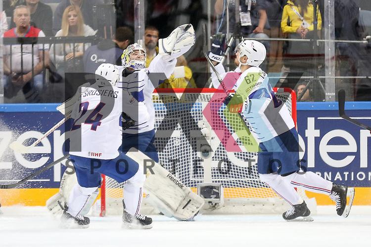 Frankreichs Quemener, Ronan (Nr.33) im Tor f&auml;ngt den Puck in der Luft, Chakiachvili, Florian (Nr.62) will helfen im Spiel IIHF WC15 France vs Canada.<br /> <br /> Foto &copy; P-I-X.org *** Foto ist honorarpflichtig! *** Auf Anfrage in hoeherer Qualitaet/Aufloesung. Belegexemplar erbeten. Veroeffentlichung ausschliesslich fuer journalistisch-publizistische Zwecke. For editorial use only.