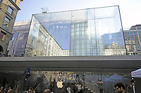 - Milano, il nuovo Apple Store in piazza Liberty, progettato dall'architetto Norman Foster<br />